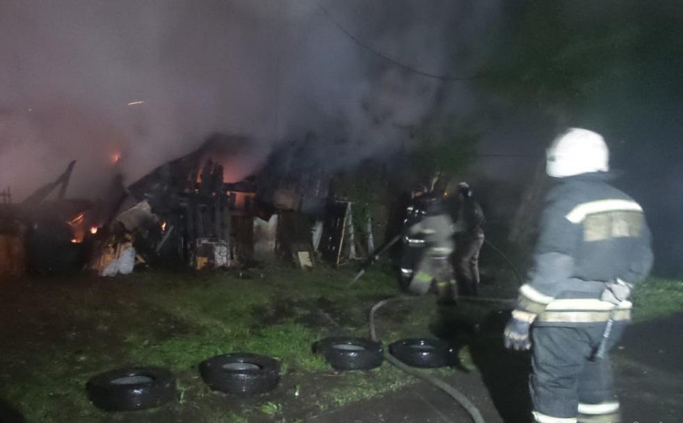 В Екатеринбурге жители горевшего в районе Южного автовокзала дома уверены: дом подожгли