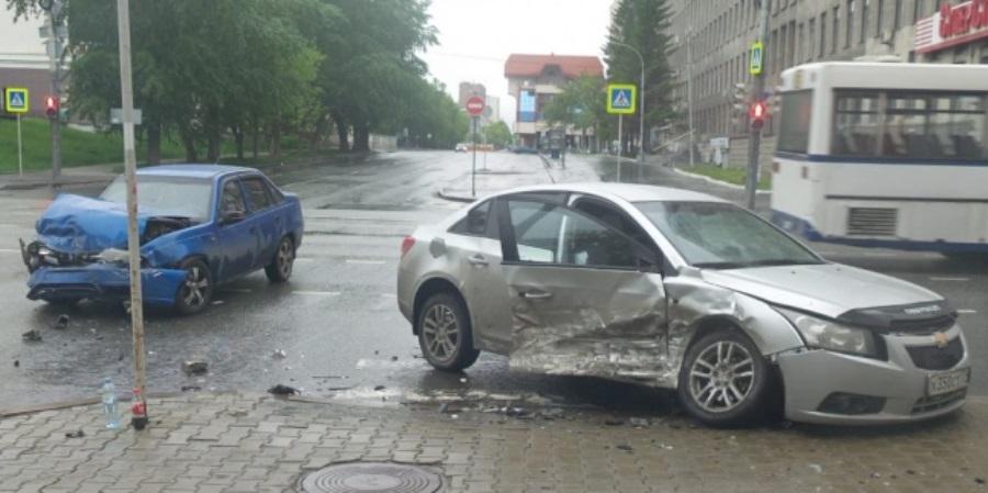 В Екатеринбурге в ДТП на Малышева пострадал мужчина