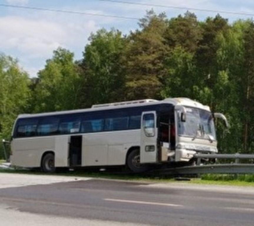 На Серовском тракте автобус с пассажирами протаранил ограждение и повис на нём