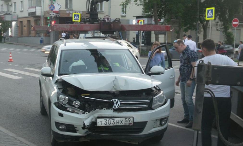 Сразу после матча Япония — Сенегал на улице Малышева в Екатеринбурге лоб в лоб столкнулись Toyota и Volkswagen