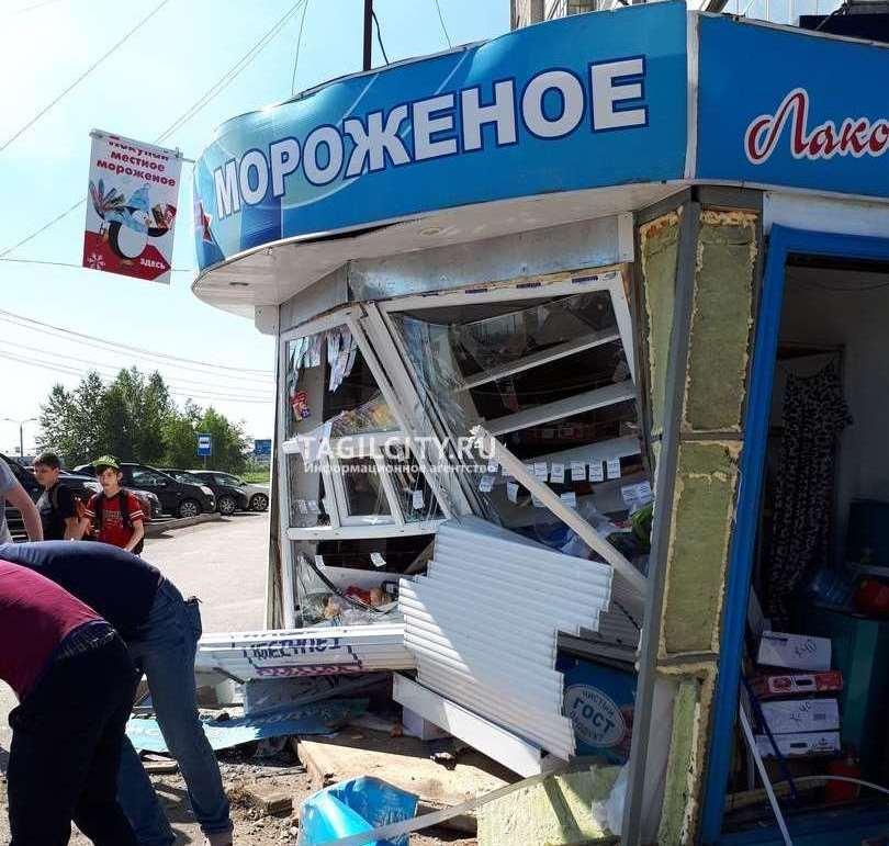 Иномарка снесла киоск с мороженым в Нижнем Тагиле