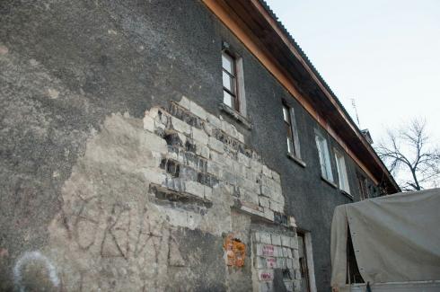 В Екатеринбурге жителей аварийного дома выселяют на улицу