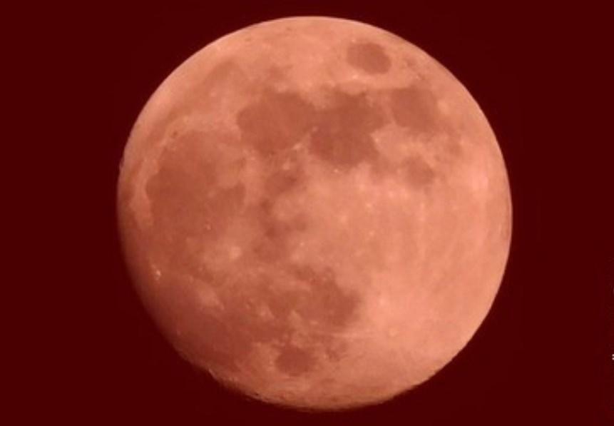 Красная луна опустилась на БЦ «Высоцкий» в Екатеринбурге