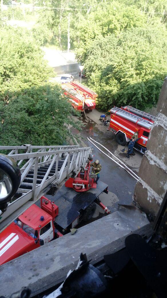 В Каменске-Уральском из горящего дома эвакуировали порядка 100 человек