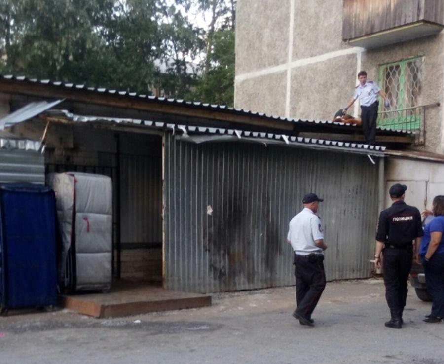 Пьяный мужчина в Первоуральске упал на крышу магазина с пятого этажа