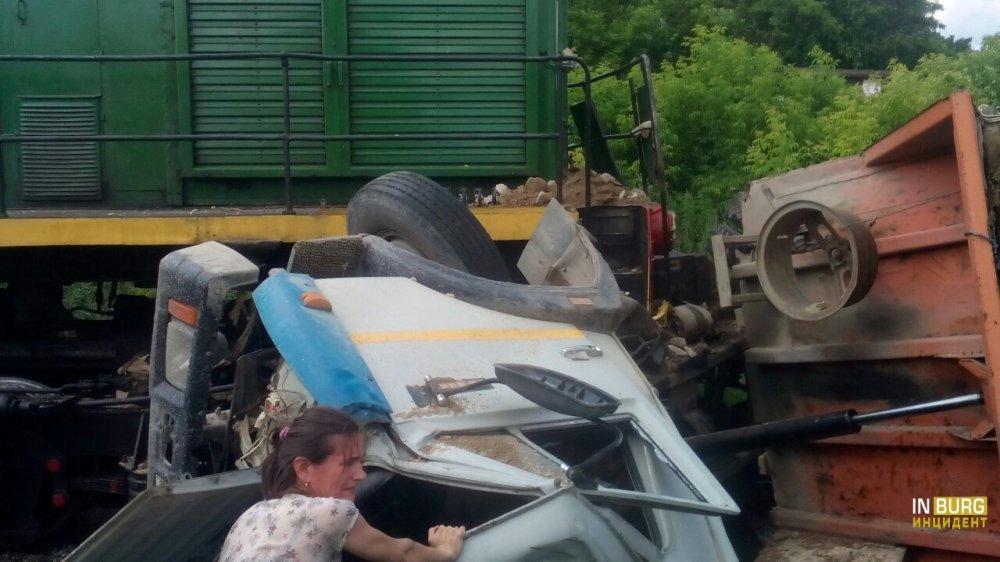 В Среднеуральске железнодорожный локомотив снёс КамАЗ, а на Московском тракте ещё один КамАЗ горит