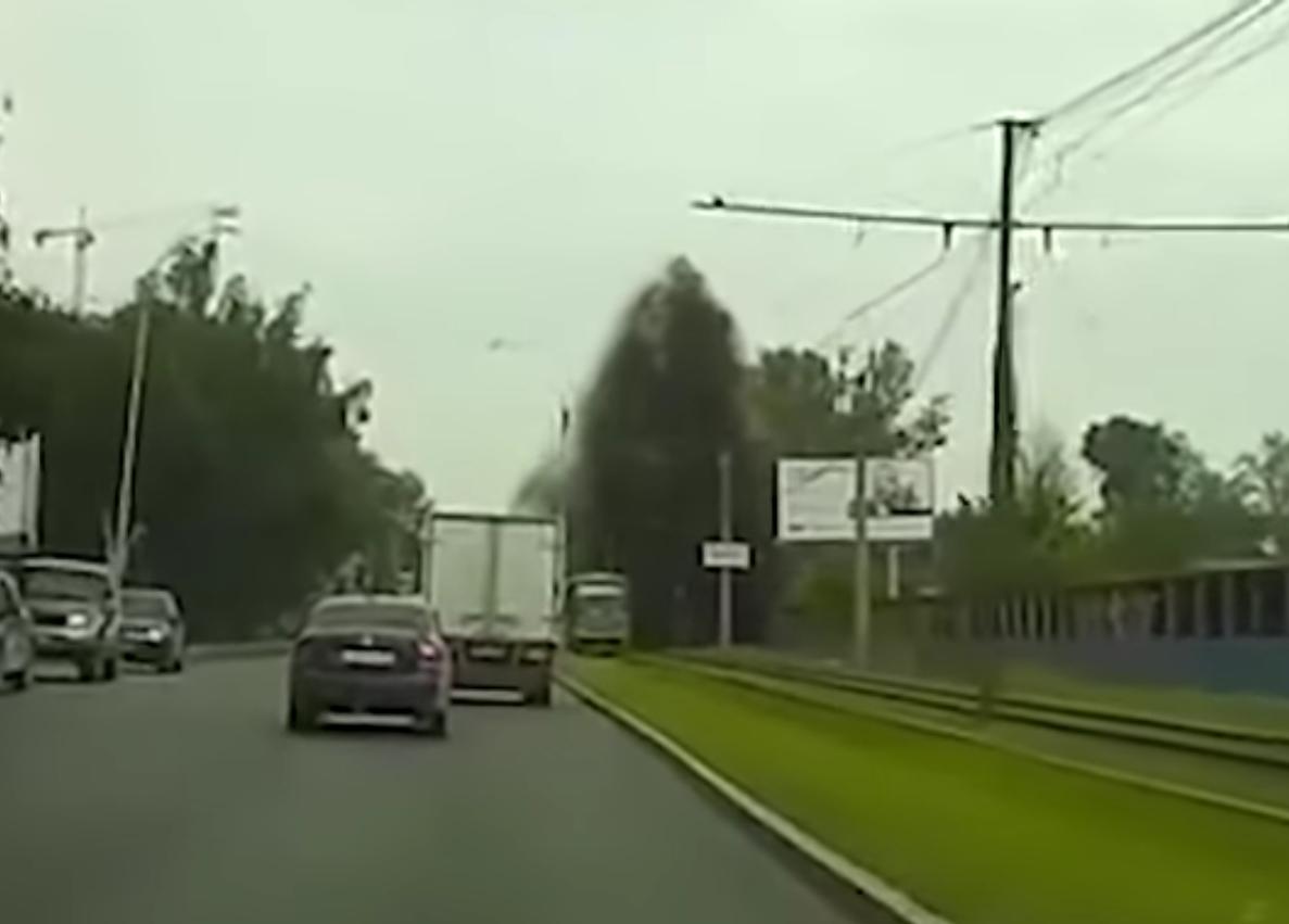 В Екатеринбурге на машины обрушился поток воды и камней
