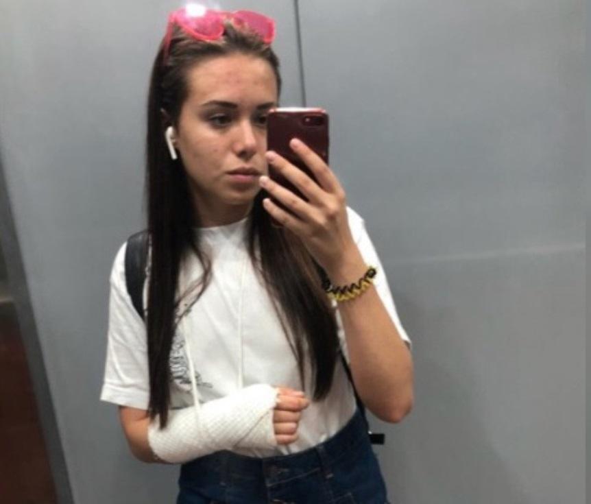 В Екатеринбурге водитель такси сломал пассажирке руку