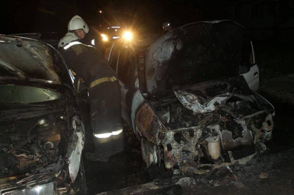 В Екатеринбурге ночью сгорели два автомобиля. Владельцы уверены, что это был поджог
