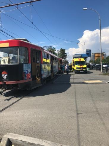 Женщина попала под трамвай в Екатеринбурге