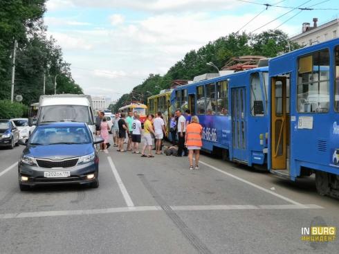 В центре Екатеринбурга столкнулись два трамвая