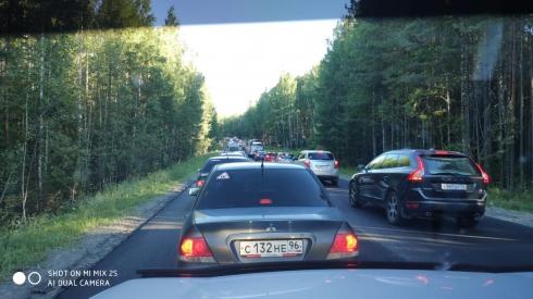 На подъезде к Екатеринбургу образовалась пробка из автомобилей длиной более километра