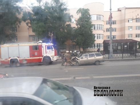 В Екатеринбурге рядом с Центральным стадионом произошло ДТП. Пострадали женщина и ребёнок