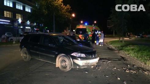 Ночью на Уралмаше столкнулись Renault и ВАЗ