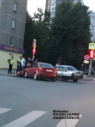 На ВИЗе недалеко от «Екатеринбург Арены» столкнулись две иномарки