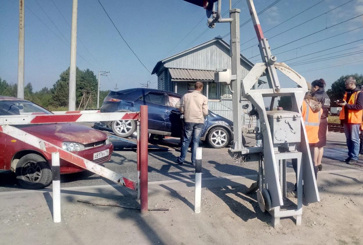 В Свердловской области у станции Марамзино автомобиль перевернулся прямо на ж/д переезде