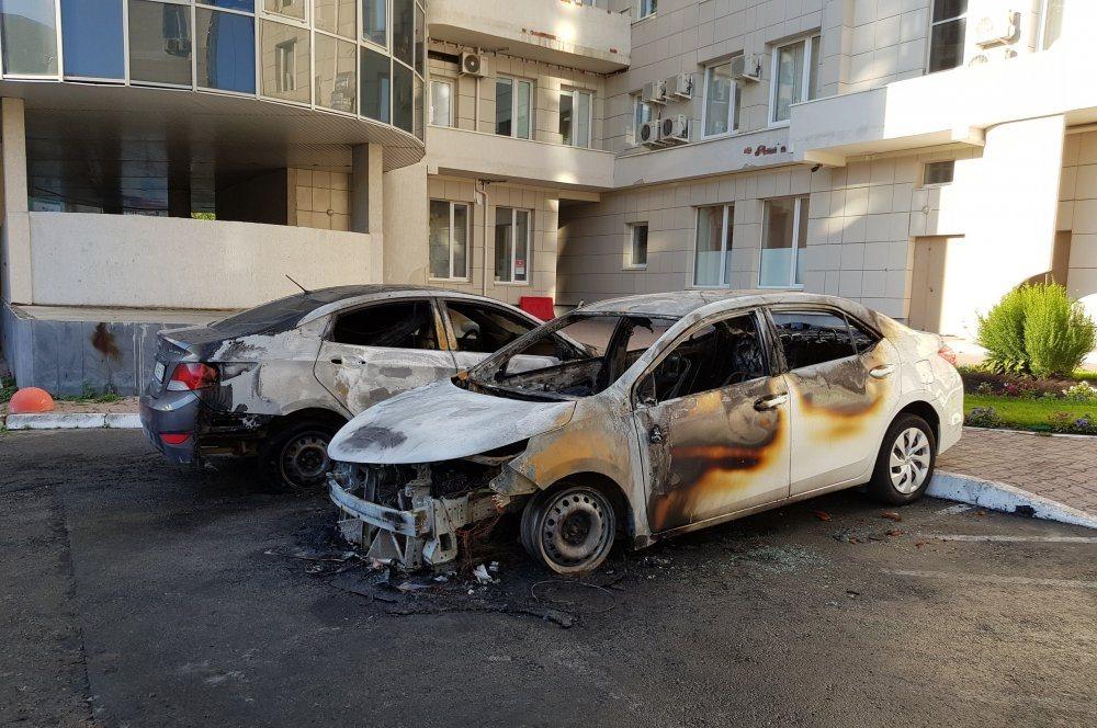 В Екатеринбурге, в переулке Красном, в результате поджога сгорели две иномарки