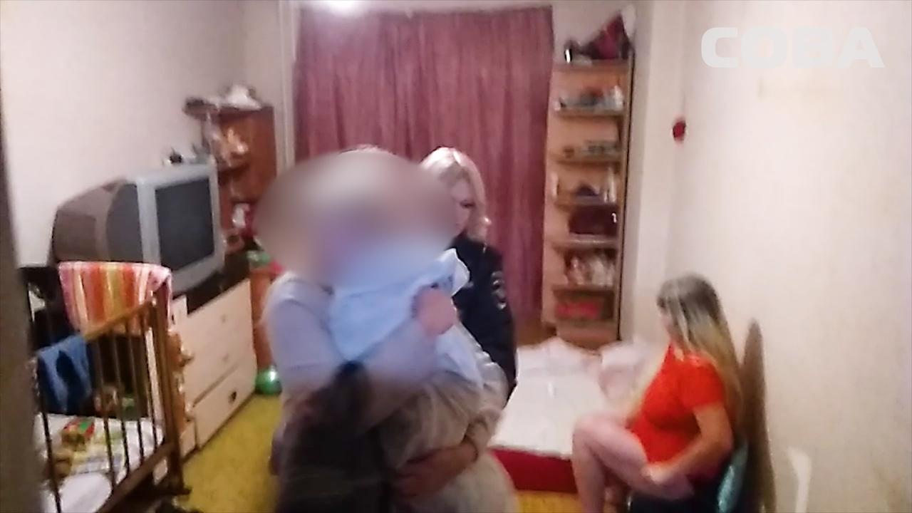 В Екатеринбурге мужчина заперся в квартире с ребенком и угрожал прибывшим на помощь полицейским