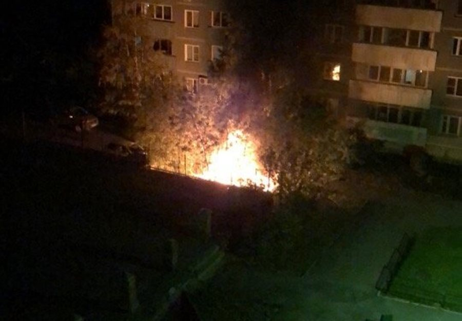 Минувшей ночью в Екатеринбурге горел автосервис и два автомобиля