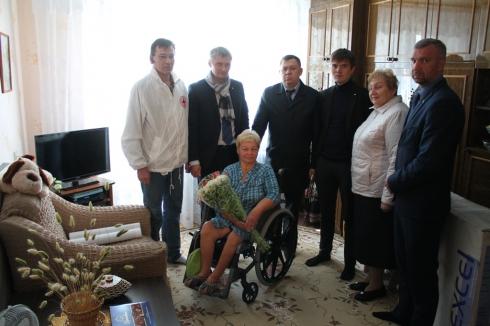 Свердловским ветеранам подарили инвалидные кресла