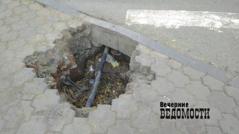 Проверка на внимательность: в центре Екатеринбурга у пешеходного перехода появилась яма без какого-либо ограждения