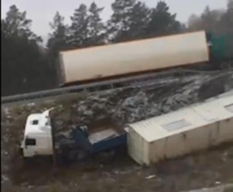 В Екатеринбурге тягач с прицепом, уходя от столкновения, пробил ограждение и улетел с развязки на ЕКАД