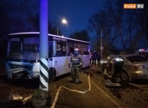 В Каменске-Уральском столкнулись автобус и Mazda: один человек погиб, 16 получили травмы