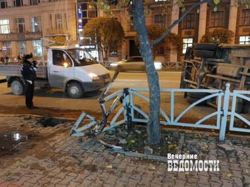 В Екатеринбурге на улице Малышева автомобиль снес ограждение и перевернулся