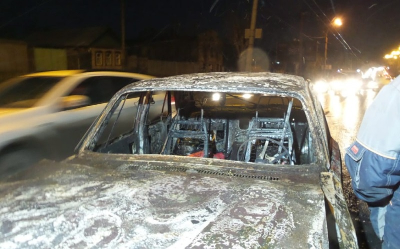 Утром на проезжей части в Екатеринбурге сгорела «Волга»