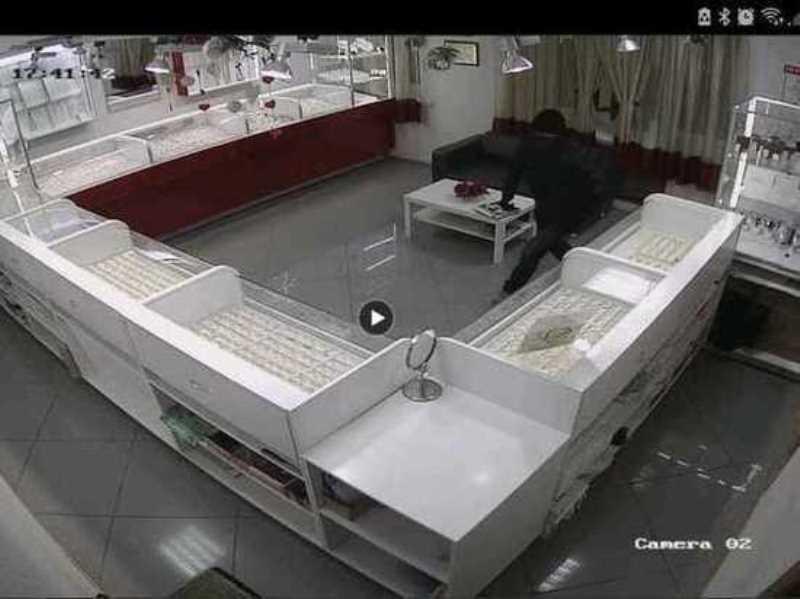 Воскресным вечером в Ревде двое налётчиков ограбили ювелирный магазин