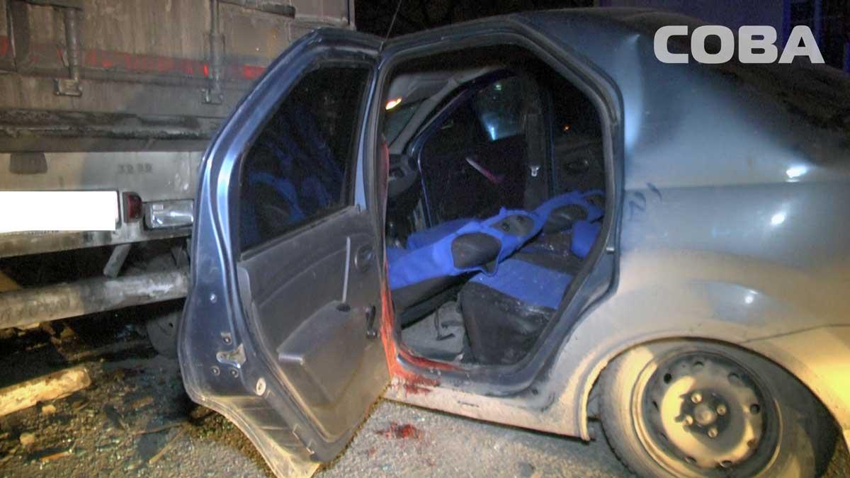 На Уралмаше Renault Logan попал под полуприцеп грузовика