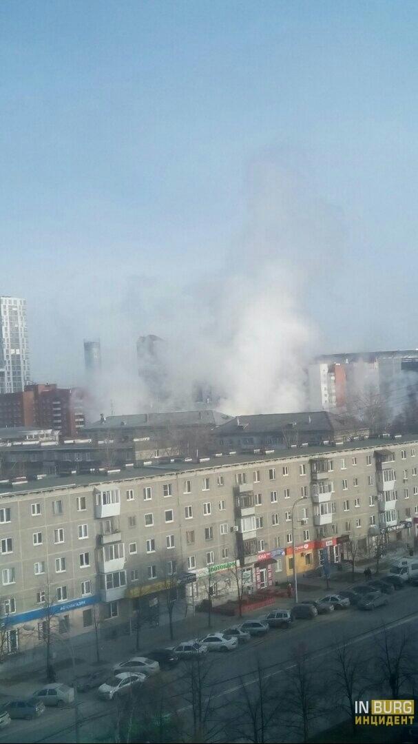 На улице Мельникова прорвало трубу, пар поднимается высоко над домами