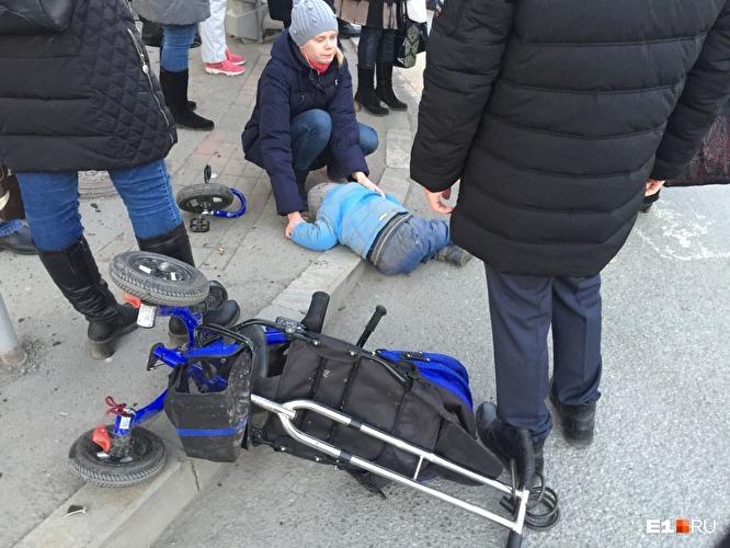 В Екатеринбурге автомобиль вылетел на тротуар и сбил несколько человек