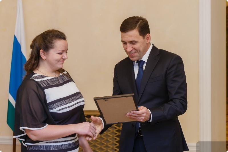 Евгений Куйвашев вручил медицинским работникам жилищные сертификаты