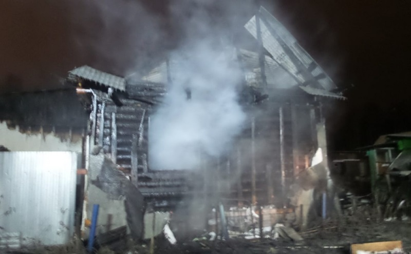 В загоревшемся садовом доме в Екатеринбурге погиб человек