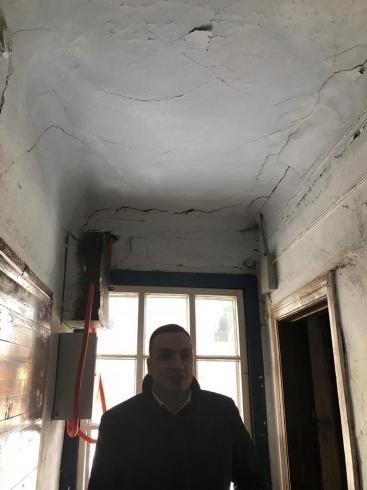 Депутат Госдумы помог свердловчанке переехать из барака-конюшни в нормальное жилье