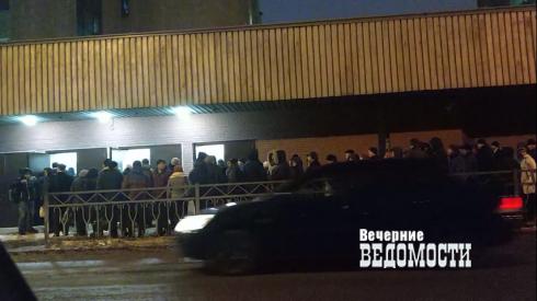 В Екатеринбурге рабочие отстаивают 1,5-часовые очереди на проходной легендарного завода