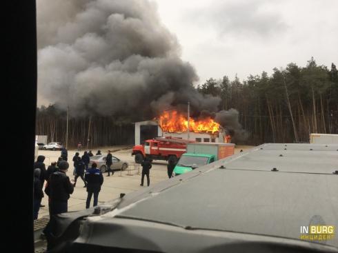 На улице Черняховского горела шиномонтажная мастерская