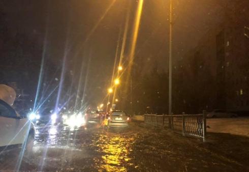 Поток холодной воды затопил дороги на Эльмаше в Екатеринбурге