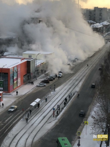 На улице Победы устраняют повреждение тепломагистрали