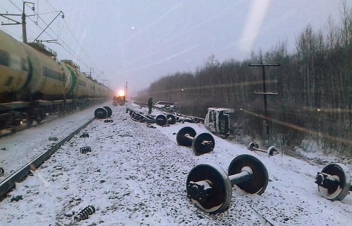 ЧП на Свердловской железной дороге: состав с военной техникой и ГСМ сошёл с рельсов