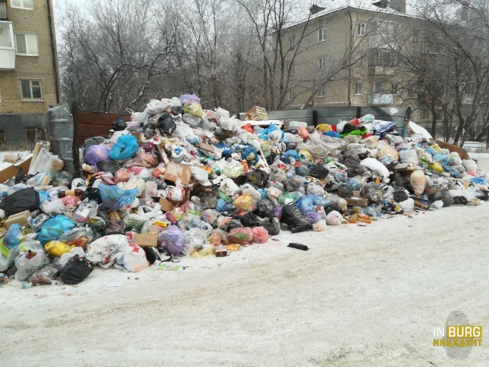 В Екатеринбурге территория 19-го военного городка превратилась в большую мусорную свалку