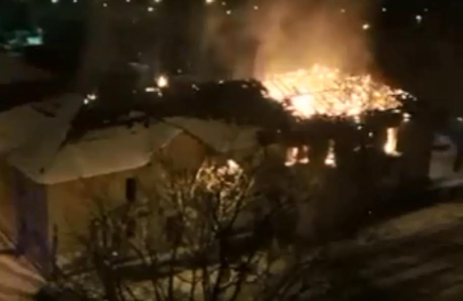 В Екатеринбурге утром почти одновременно загорелись два расселенных дома