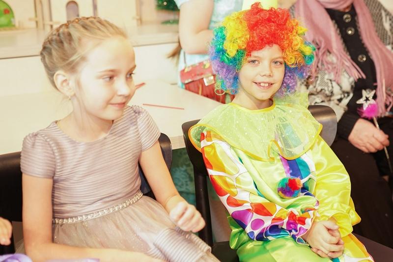 В Екатеринбурге Дед Мороз, Снегурочка и Дядя Степа поздравили детей из «трудных» семей с Новым годом