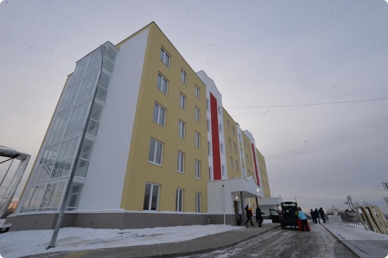 Уральцы, более 20 лет прожившие в полуразрушенном доме, получили новые квартиры