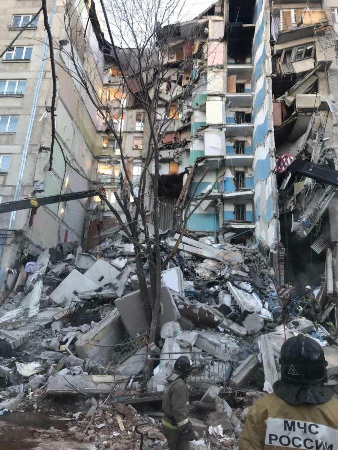 Трагедия в Магнитогорске: в результате взрыва бытового газа обрушился подъезд жилого дома. Есть жертвы