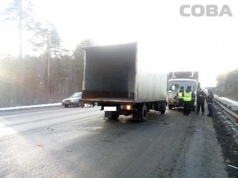 На ЕКАД столкнулись два грузовика. Один из водителей погиб