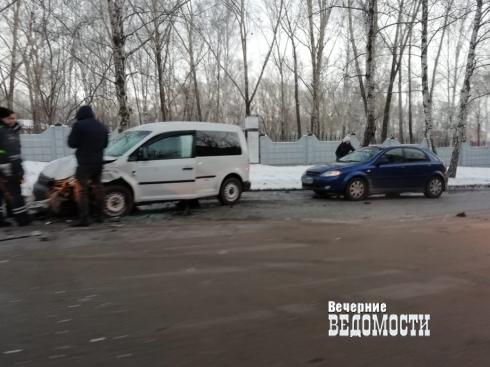 В Екатеринбурге в ДТП «расхлестались» две иномарки
