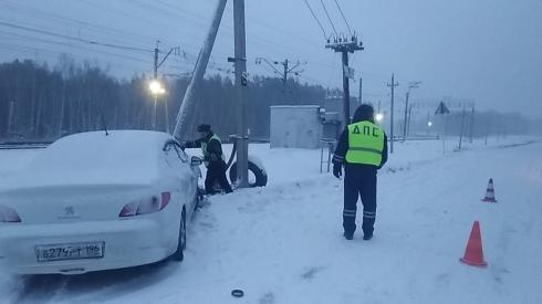 В Екатеринбурге иномарка въехала в опору линии электропередачи