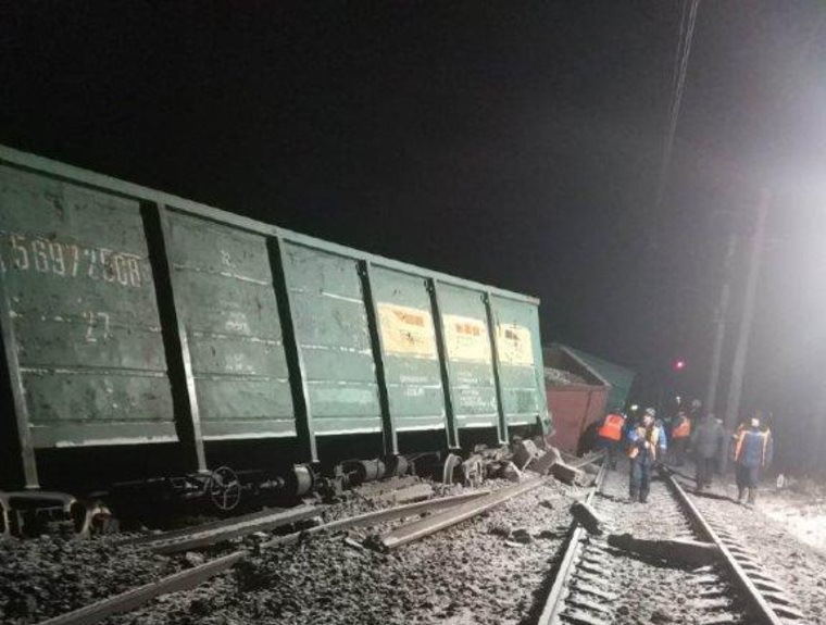 В новогоднюю ночь в Свердловской области с рельсов сошли 16 вагонов с углём: до нужных станций пассажиров будут довозить автобусы